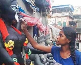 সেজে উঠছেন মৃন্ময়ী মহাকালী, সাজিয়ে তুলছেন কুমোরটুলি, পটুয়াপাড়ার মহিলা শিল্পীরা