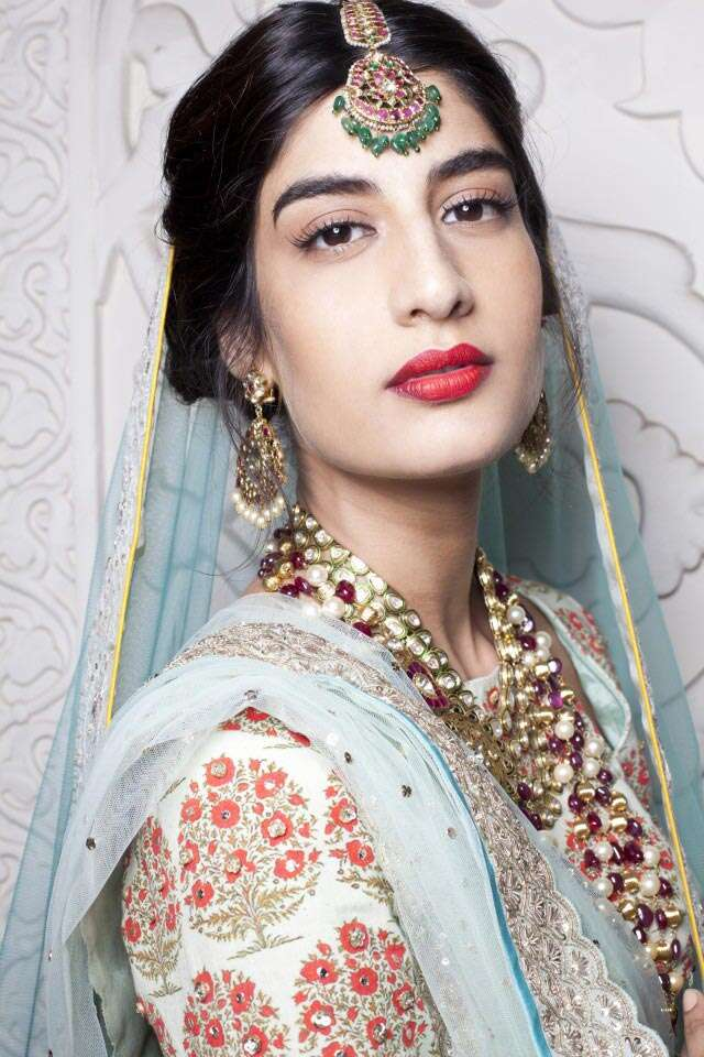 Makeup expert from MAC Sonic Sarwate tells you how to look like a bride without going overboard with your makeup. He recreate a look from Anju Modi's show at day 3 of