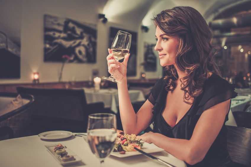 woman dining alone in a restaurant