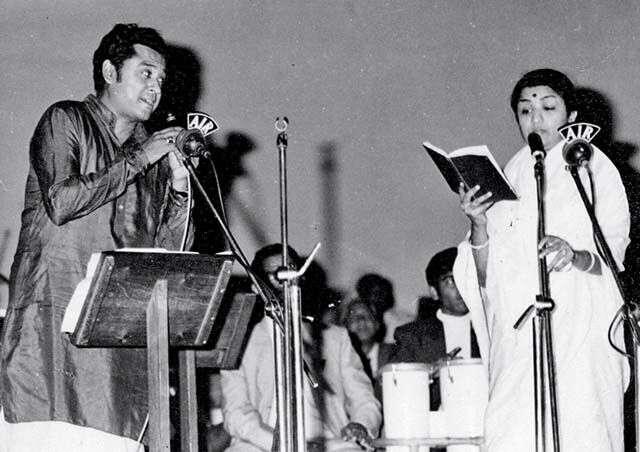 Kishore Kumar with Mangeshkar at a filmfare awards function