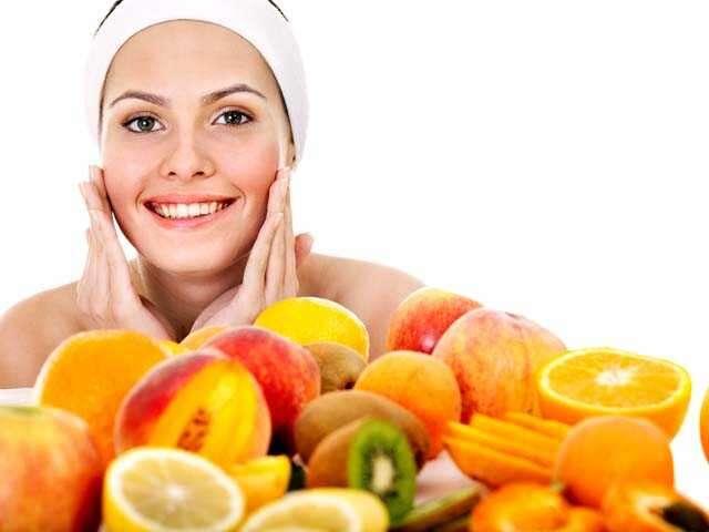 người phụ nữ với trái cây