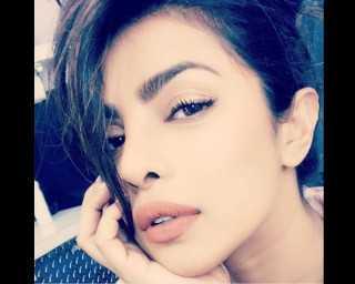 Priyanka Chopra, Sonam Kapoor know the angle for the perfect selfie