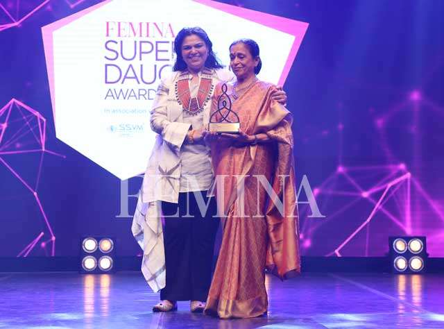 Fashion designer Kaveri Lalchand presents the award to her supermom Poonam Lalchand
