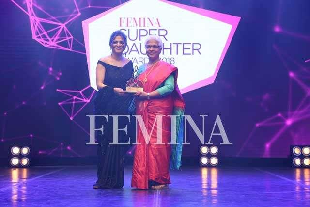 TV sensation Divyadarshini 'DD' Neelakandan gives the trophy to her mother Shreelatha Neelakandan