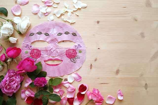 Rose water and lavender oil mask for damaged skin