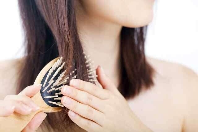 امرأة تمشيط الشعر في
