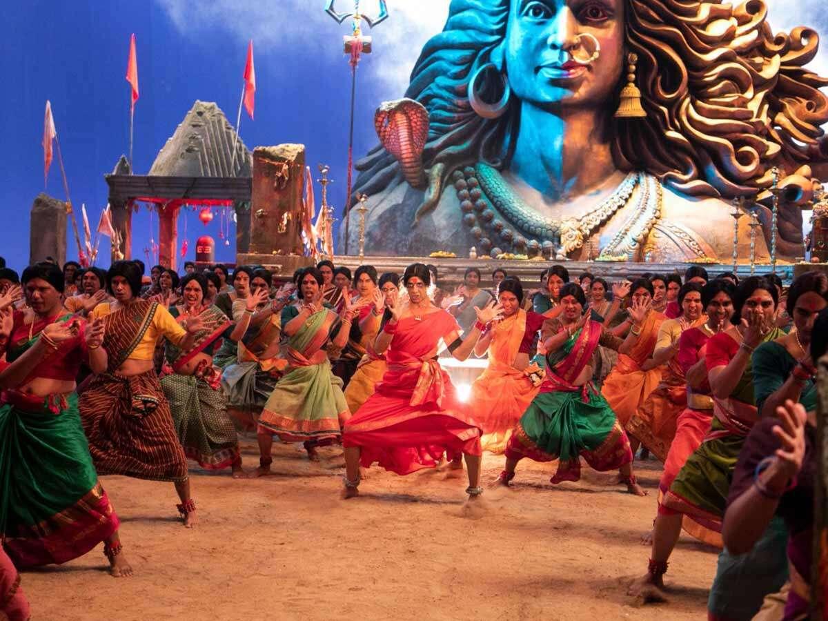 Akshay Kumar dances with 100 transgenders in Laxmii