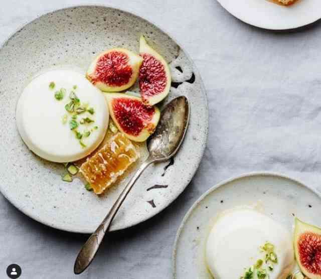 Panna_Cotta_With_Figs_and_Honeycomb