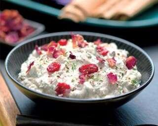 स्वादिष्ट डिपः गुलाब की ख़ुशबूवाला ईरान का दही
