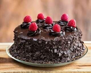 चॉकलेट केक के साथ रस्बेरी