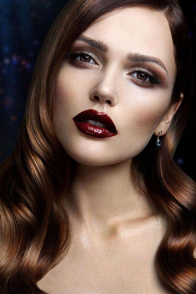 How to avoid smudging of dark lipstick?