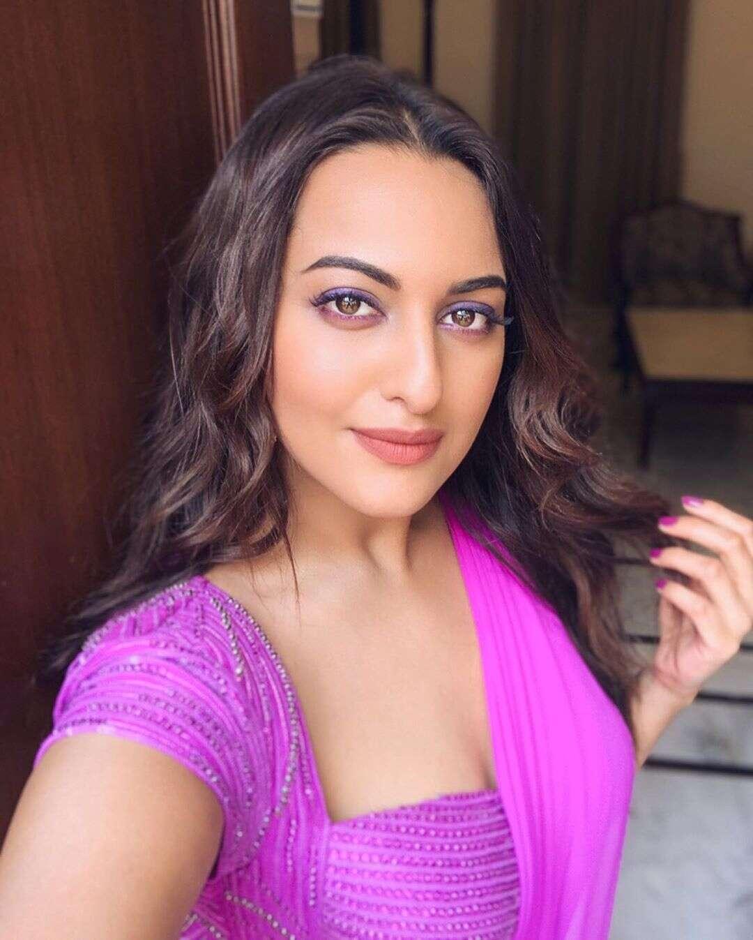 flaunt purple eyeliner like Sonakshi Sinha