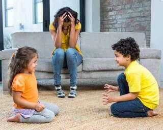 कैसे रोकें अपने बच्चों के बीच की लड़ाई?