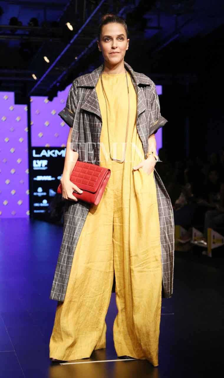 Neha Dhupia sticks to her signature style in oversized separates from Chola. We love the addition of that bright red clutch.