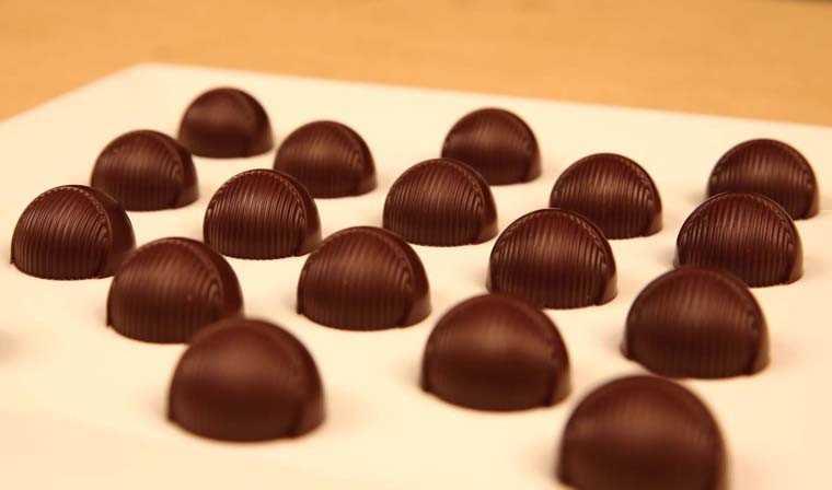 Raspberry-chocolate pralines