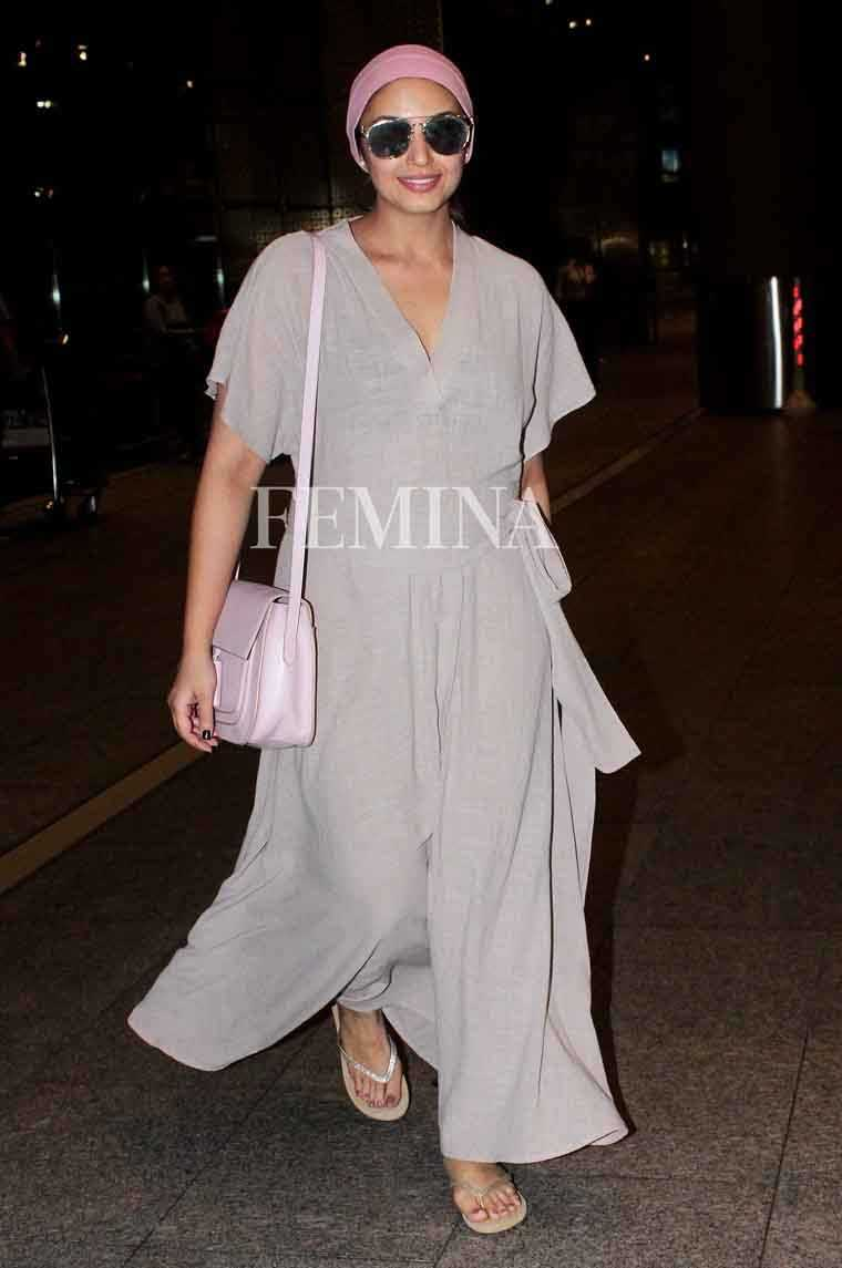 Flared Pants: Huma's flared linen jumpsuit paired with a pastel pink bag and a matching headband hints at the return of the 80s. A pair of casual flip-flops completed her breezy look.