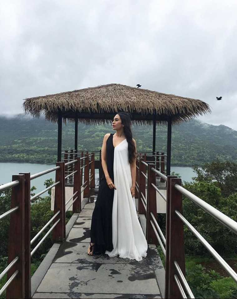 Karisma is on top of her resort game in a flowy monochrome maxi. Thong slippers and a half bun add the finishing touches.