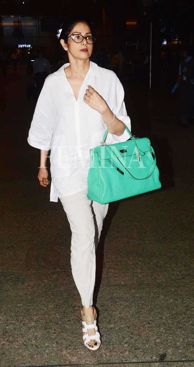 Get your travel game on point like Sridevi. She added a pop of colour to her neutral separates with a bright tote.