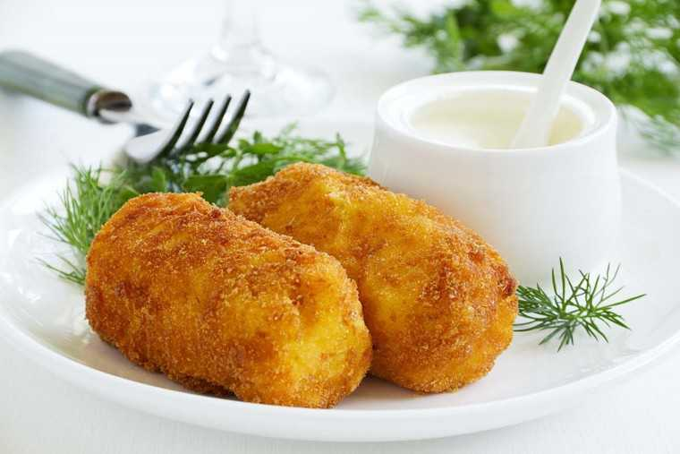 Creamy mushroom and potato croquette  Ingredients 2 tbsp olive oil 2 garlic cloves, chopped 5 small, button mushrooms, chopped 2 medium potato, boiled, peeled and grated 4 tbsp pasta Alfredo with cheese mayo (readily available) Salt and pepper, to taste 1