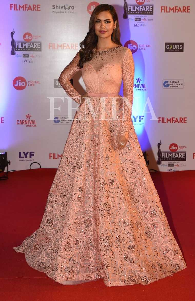 Esha-Gupta-Jio-Filmfare-Awards-2017