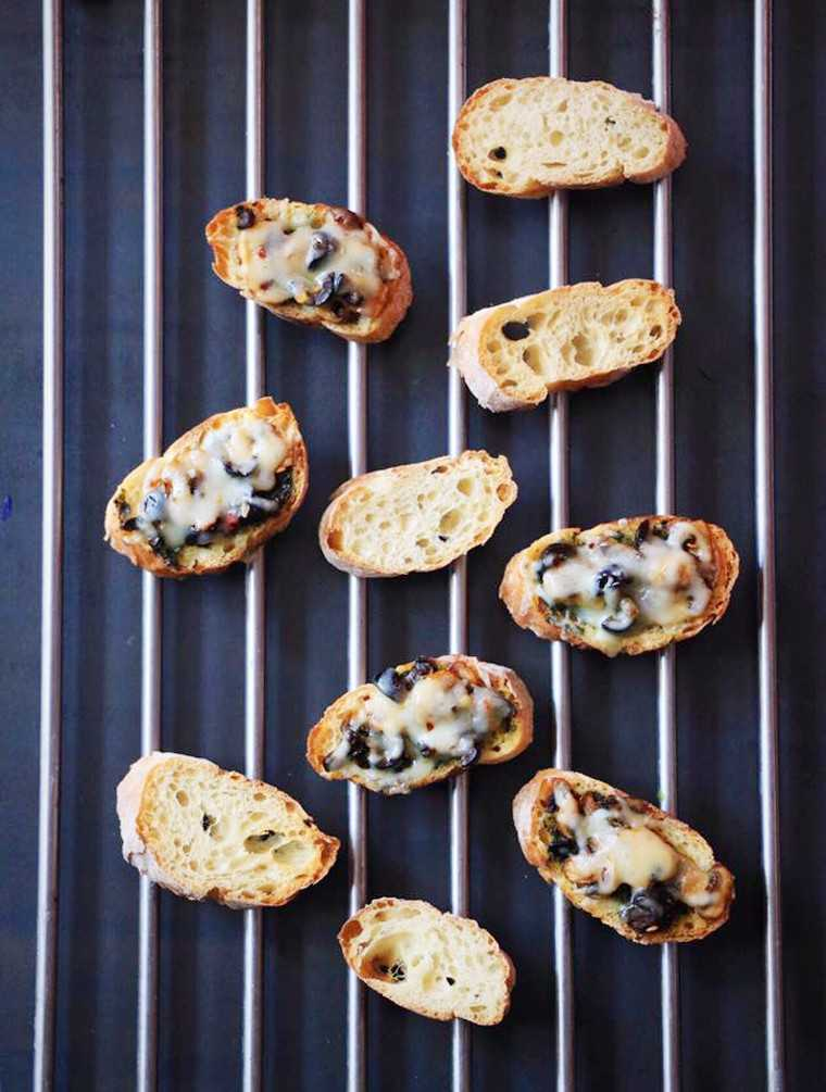 pesto and mushroom crostini