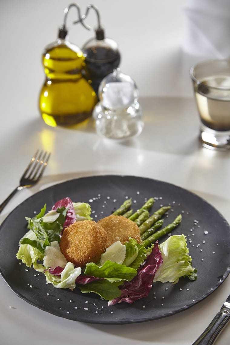 Glazed asparagus with Mozzarella Milanese