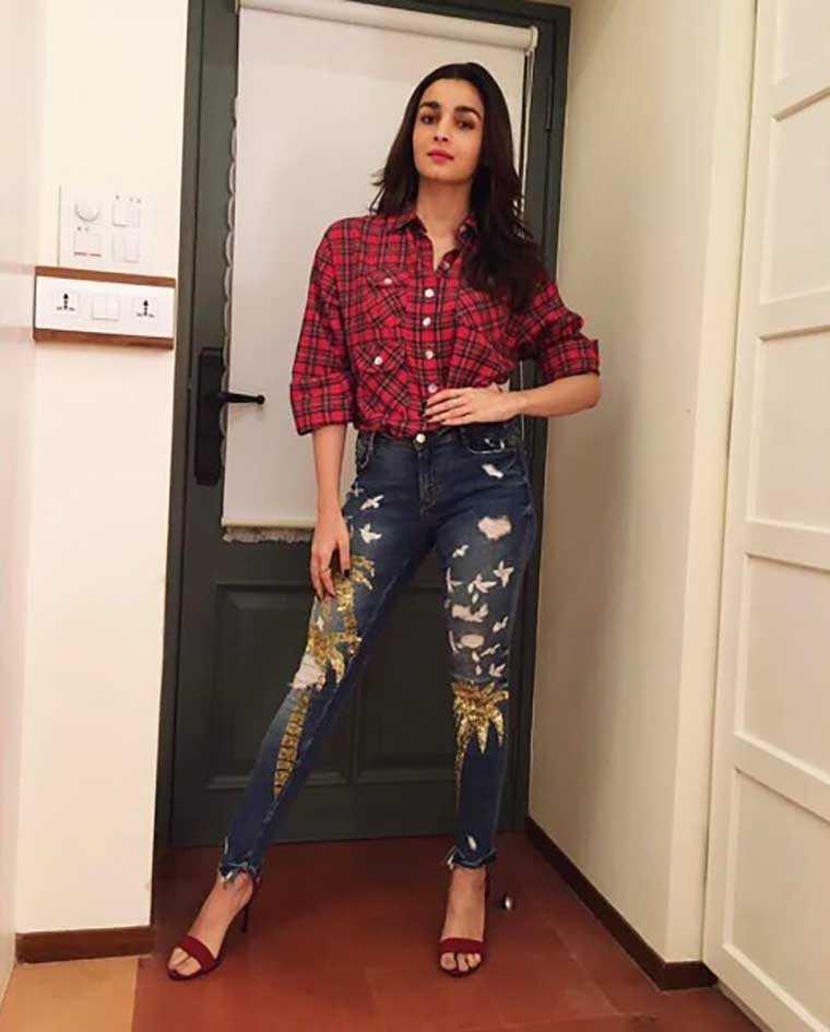 6e4efe4ea38bf Alia Bhatt shows us five ways to wear denim