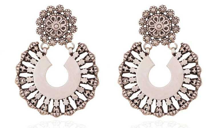 Silver earrings in Ae Dil Hai Mushkil