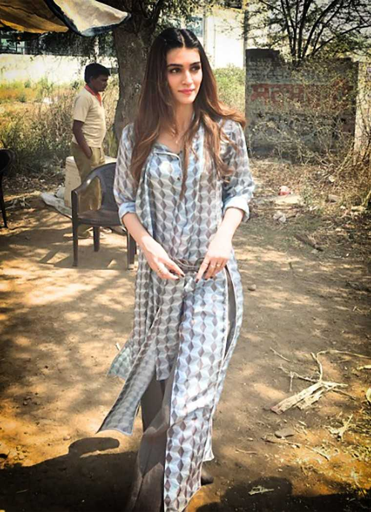 casual in the outdoors in a printed Chola tunic