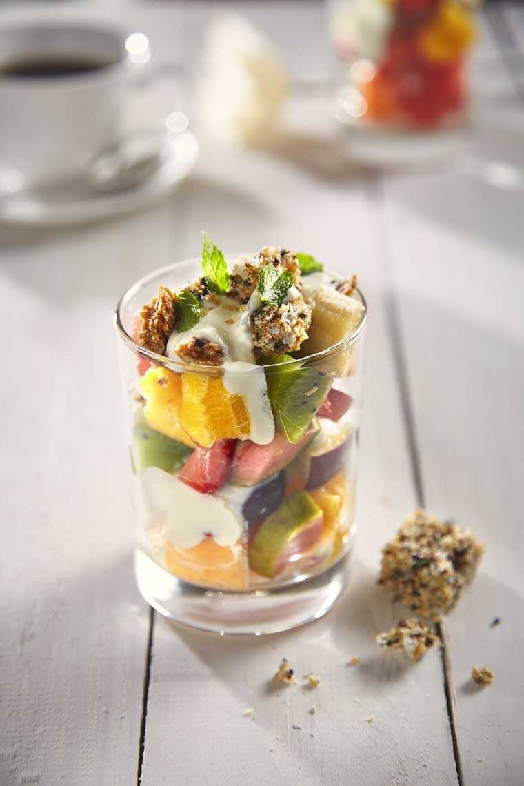 Granola with honey, yoghurt and seasonal fruits