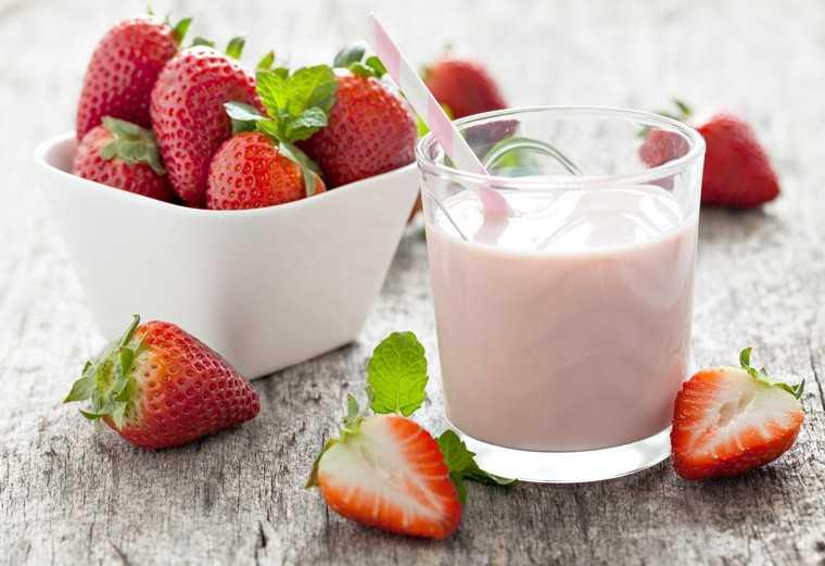 Milk cream and strawberries