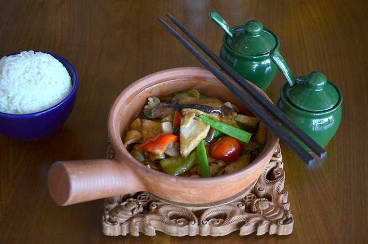 Tofu with mushrooms in black bean sauce