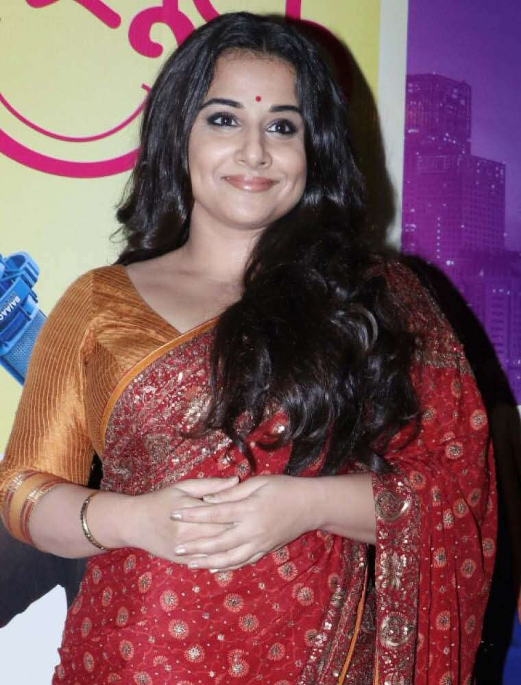 Vidya's nude lips go well with her dark, kohl-rimmed eyes.