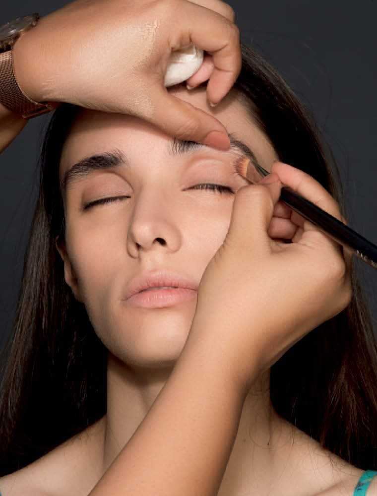 Apply a nude eyeshadow on your creaseline