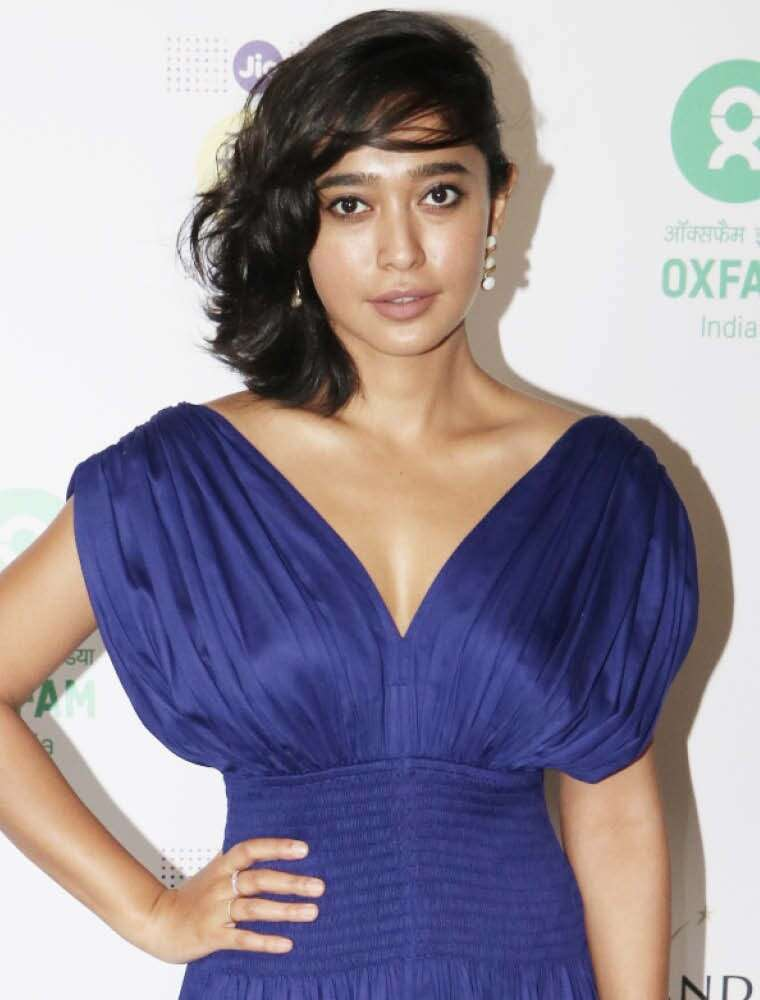 Sayani looks hot in side-swept hair and nude makeup.