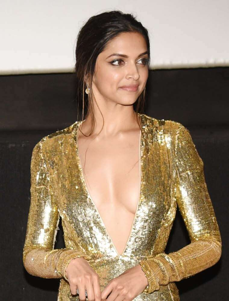 Deepika pairs her glittering gown with minimal makeup.