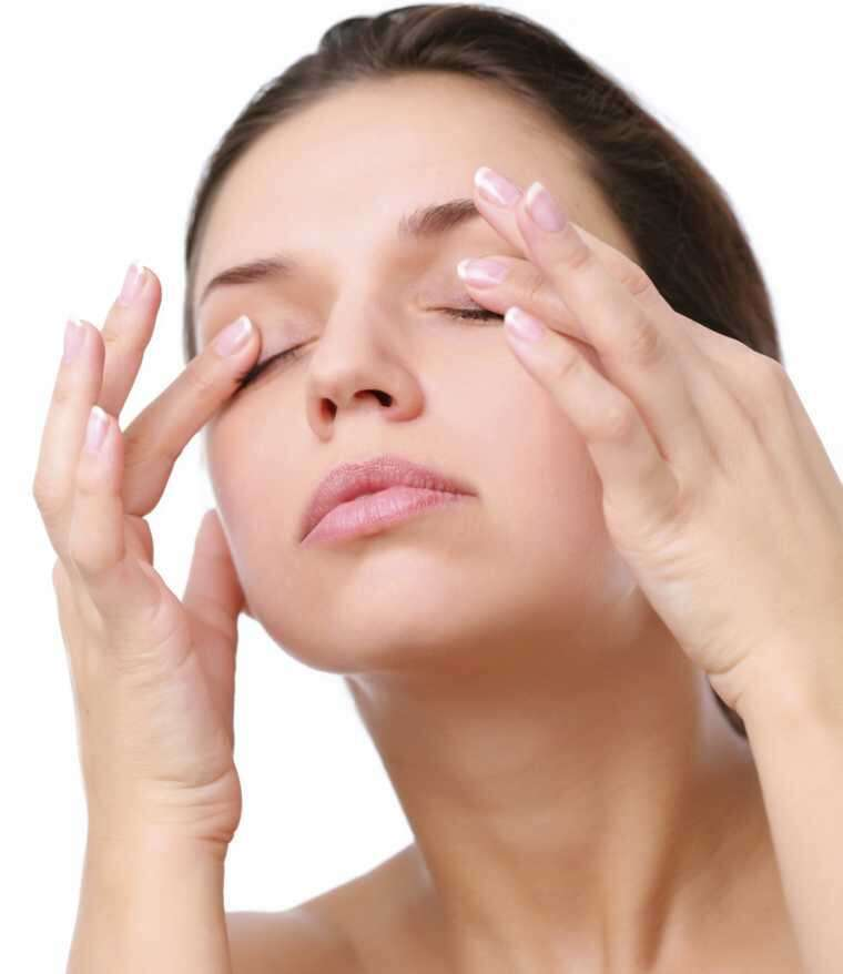 Rose water reduce under-eye puffiness